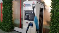 Sistem pengisian baterai kendaraan listrik di SPLU mulai diperkenalkan di Indonesia. (Herdi/Liputan6.com)