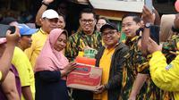 Kader Golkar bagikan paket bantuan korban banjir di Jakarta Barat. (Istimewa)