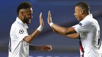 Pemain Paris Saint-Germain (PSG), Neymar dan Kylian Mbappe, merayakan kemenangan atas Atalanta pada laga perempat final Liga Champions di Stadion Da Luz, Rabu (12/8/2020). PSG menang 2-1 atas Atalanta. (David Ramos/Pool,via AP)