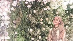 Marcella memakai hijab dan busana muslim membuat tampak anggun. Proses pengucapan syahadat Marcella Simon disaksikan oleh para sesama artis lain. (Liputan6.com/IG/@marcella_simon)