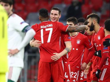 Pemain Bayern Munchen merayakan gol yang dicetak Niklas Suele ke gawang Lokomotiv Moscow pada laga Grup A Liga Champions di Allianz Arena, Kamis (10/12/2020) dini hari WIB. Bayern Munchen menang 2-0 atas Lokomotiv Moscow. (AP Photo/Matthias Schrader)