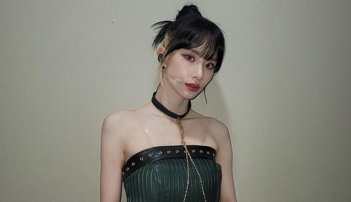 Mengenakan set crop top dan mini skirt hitam dari kulit, SeolA WJSN menyempurnakan tampilannya dengan sentuhan nuansa emas dari belt dan rantai kalung choker yang dikenakannya. Foto: Instagram @seola_s.