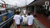 Jurnalis membawa gerobak berisi bantuan sembako di Pulau Panjang, Serang, Banten, Sabtu (30/1/2021). Kegiatan Jurnalis Peduli yang bekerjasama dengan BNI dan Jamkrindo bertujuan meringankan beban warga terdampak Covid-19 yang memiliki mata pencarian sebagai nelayan. (Liputan6.com/Pool/JP)