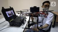 Peneliti LIPI Dr. Edi Kurniawan menunjukkan drone physical distancing di Puspitek Serpong, Banten, Senin (26/10/2020). Drone ini bisa digunakan untuk kebutuhan beragam seperti pada bencana maupun mendeteksi tingkat kemacetan. (merdeka.com/Dwi Narwoko)
