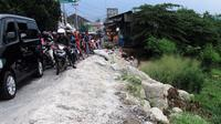 Kondisi Jalan Raya Pisangan, Karang Satria (Jembatan Besi) sudah sangat parah terutama pada jam pergi dan pulang kerja.