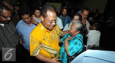 Terdakwa kasus korupsi proyek pembangunan PLTA di Sungai Membramo dan Urumka Papua tahun anggaran 2009-2010 Barnabas Suebu saat bertemu kerabatnya usai menjalani sidang vonis di Pengadilan Tipikor Jakarta, Kamis (19/11/2015). (Liputan6.com/Helmi Afandi)