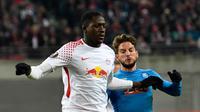 Bek RB Leipzig, Ibrahima Konate berusaha menghalau bola dari kejaran pemain Napoli, Dries Mertens saat bertanding pada laga leg kedua 32 besar Liga Europa di Red Bull Arena, (22/2). Napoli menang 2-0 atas Leipzig. (AP Photo / Jens Meyer)