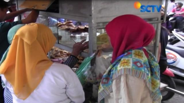 Mencari menu buka puasa, sebagian warga Surabaya berburu takjil khas Timur Tengah di kawasan Wisata Religi Sunan Ampel.