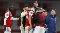 Kiper Arsenal, Emiliano Martinez, merayakan kemenangan timnya atas Liverpool pada laga lanjutan Premier League pekan ke-36 di Emirates Stadium, Kamis (16/7/2020) dini hari WIB. Arsenal menang 2-1 atas Liverpool. (AFP/Paul Childs/pool)