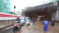 Pengendara mengambil lajur sebelah kanan untuk menghindari banjir di terowongan (underpass) Cawang, Jalan MT Haryono, Jakarta, Selasa (12/12). Hujan deras yang mengguyur sebagian Jakarta mengakibatkan banjir di kawasan ini. (Liputan6.com/Herman Zakharia)