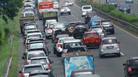 Antrean panjang kendaraan terlihat di ruas Tol BSD JORR, Tangerang Selatan, Senin (16/5). Kemacetan parah terjadi menyusul robohnya jembatan penyeberangan orang (JPO) di ruas Tol BSD JORR karena dihajar truk trailer. (Liputan6.com/Fery Pradolo)