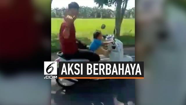 Momen seorang balita viral, saat ia diminta kendarai motor matik. Aksi ini terbilang berbahaya dan menuai komentar negatif warganet.