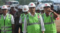 Menteri Perhubungan Budi Karya Sumadi memantau lokasi pembangunan kereta layang (Light Rail Transit/LRT), rute Cawang-Cibubur di tol Jagorawi Km 13, Jakarta, Minggu (8/1). LRT akan melewati 18 stasiun dengan panjang 42,1 km. (Liputan6.com/Helmi Afandi)