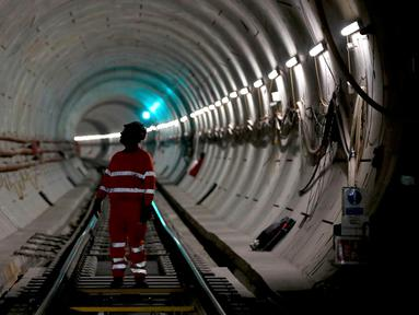 Pekerja memeriksa pembangunan jalur kereta api di sebuah terowongan proyek Crossrail di Stepney, London, Inggris, (16/11). Crossrail merupakan proyek jalur kereta bawah tanah terbesar di Eropa. (REUTERS/Stefan Wermuth)