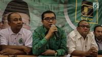 Wakil Sekjen DPP PPP Bidang Organisasi, Keanggotaan dan Kaderisasi Achmad Baidowi  (kedua kiri) memberikan keterangan saat konferensi pers terkait pendudukan gedung kantor DPP PPP di Jalan Diponegoro, Jakarta, Selasa (12/12). (Liputan6.com/Faizal Fanani)