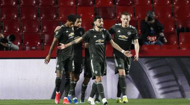 Penyerang Manchester United, Marcus Rashford (kiri) berselebrasi dengan rekan-rekannya usai mencetak gol ke gawang Granada pada pertandingan leg pertama perempat final Liga Europa di stadion Los Carmenes di Granada, Spanyol, Jumat (9/4/2021). MU menang atas Granada 2-0. (AP Photo/Fermin Rodriguez)