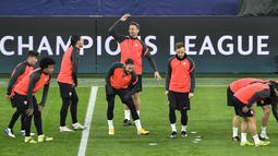 Para pemain Sevilla melakukan pemanasan selama sesi latihan tim di Signal Iduna Park, Dortmund, Jerman (8/3/2021). Sevilla akan bertanding melawan Borrusia Dortmund pada leg kedua babak 16 besar Liga Champions di Signal Iduna Park. (AP Photo/Martin Meissner)