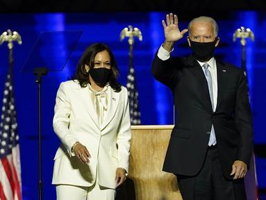Presiden terpilih Joe Biden (kanan) bersama Wakil Presiden terpilih Kamala Harris (kiri) saat menyampaikan pidato kemenangan Pilpres AS 2020 di Wilmington, Delaware, Amerika Serikat, Sabtu (7/11/2020). Joe Biden dan Kamala Harris memenangkan Pilpres AS 2020. (AP Photo/Andrew Harnik, Pool)