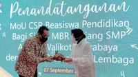Indosat Ooredoo memberikan beasiswa pendidikan dan dukungan pembelajaran jarak jauh untuk siswa siswi di Kota Surabaya, bantuan diterima simbolis oleh Wali Kota Surabaya Tri Rismaharini (Foto: Indosat Ooredoo)