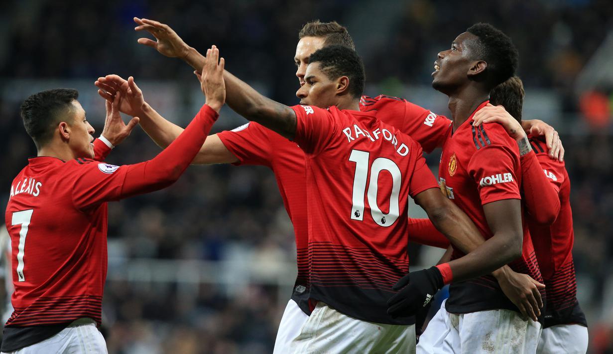 Para pemain Manchester United merayakan gol yang dicetak Marcus Rashford ke gawang Newcastle pada laga Premier League di Stadion St James Park, Newcastle, Rabu (2/1). Newcastle kalah 0-2 dari MU. (AFP/Lindsey Parnaby)