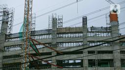 Aktivitas pekerja proyek pembangunan Jakarta International Stadium atau Stadion BMW di kawasan Papanggo, Tanjung Priok, Jakarta, Senin (18/1/2021). Progres pembangunan Jakarta International Stadium atau Stadion BMW ditargetkan rampung pada Oktober 2021. (Liputan6.com/Faizal Fanani)