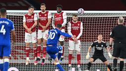 Gelandang Everton, Gylfi Sigurdsson (tengah) melepaskan tendangan bebas ke gawang Arsenal dalam laga lanjutan Liga Inggris 2020/2021 pekan ke-33 di Emirates Stadium, London, Jumat (23/4/2021). Everton menang 1-0 atas Arsenal. (AFP/Justin Setterfield/Pool)