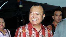 Terdakwa kasus dugaan penerimaan gratifikasi Patrice Rio Capella tersenyum usai sidang di Pengadilang Tipikor, Jakarta, Senin (7/12). JPU KPK menuntut Rio dengan hukuman pidana dua tahun penjara. (Liputan6.com/Helmi Afandi)