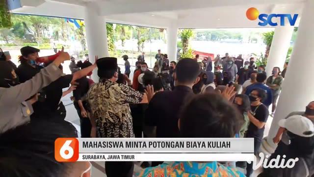 Aksi unjuk rasa puluhan mahasiswa Universitas Airlangga di Kampus C, Jalan Mulyorejo Surabaya, berlangsung ricuh, Rabu siang. Mahasiswa terlibat aksi saling dorong dengan petugas keamanan kampus dan polisi saat memaksa masuk ke dalam Gedung Rektorat.