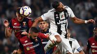 Bek Juventus, Mehdi Benatia, duel udara dengan striker Genoa, Krzysztof Piatek, pada laga Serie A Italia di Stadion Allianz, Turin, Sabtu (20/10). Kedua klub bermain imbang 1-1. (AFP/Marco Bertorello)
