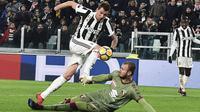 Pemain Juventus, Mario Mandzukic (atas) berusaha melewati kiper Torino, Vanja Milinkovic-Savic pada laga perempatfinal Coppa Italia di Allianz Stadium, Turin, Italia, (3/1/2018). Juventus menang 2-0. (Alessandro Di Marco/ANSA via AP)