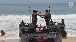 Penyerahan baret ungu sebagai tanda pengangkatan Panglima TNI Marsekal Hadi Tjahjanto (kiri) menjadi warga kehormatan Korps Marinir di Pantai Nganteb, Malang, Jawa Timur, Kamis (22/2). (Liputan6.com/HO/Marinir TNI-AL)