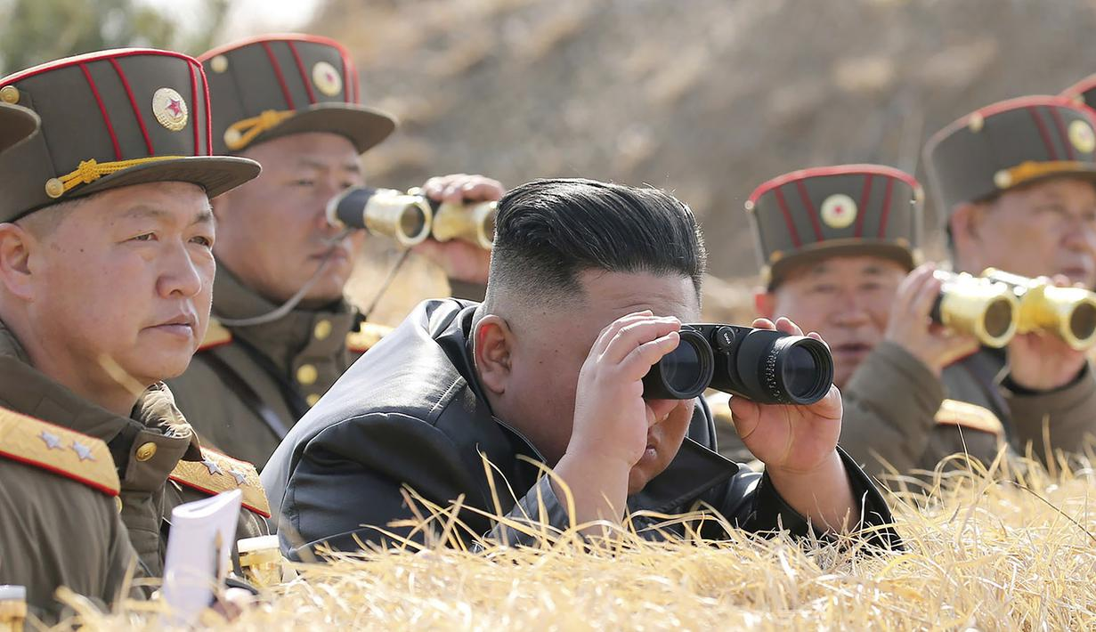Pemimpin Korea Utara Kim Jong-un mengawasi kompetisi penembakan artileri di Korea Utara, Jumat (20/3/2020). Korea Utara menembakkan dua rudal balistik jarak pendek ketika dunia menghadapi pandemi virus corona COVID-19. (Korean Central News Agency/Korea News Service via AP)