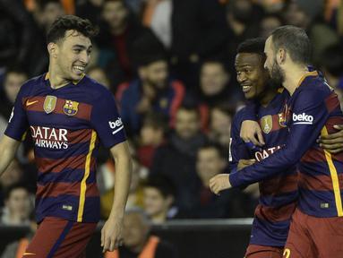 Pemain Barcelona, Wilfrid Kaptoum (tengah) merayakan golnya bersama rekan-rekannya pada leg kedua semifinal Copa Del Rey di Stadion Mestalla, Valencia, Kamis (11/2/2016) dini hari WIB. (AFP/Jose Jordan)