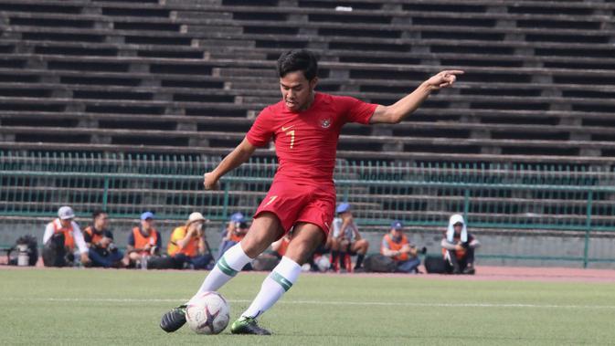 Gelandang Timnas Indonesia U-22, M Luthfi Kamal, menendang bola saat melawan Vietnam pada laga Piala AFF U-22 2019 di Olympic Stadium, Phnom Penh, Kamboja, Minggu (24/2/2019). Indonesia menang 1-0 atas Vietnam. (Bola.com/Zulfirdaus Harahap)