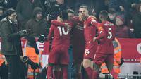 Gelandang Liverpool, Roberto Firmino (kedua kiri) berselebrasi setelah mencetak gol yang dianulir saat menjamu Manchester United (MU) pada lanjutan pertandingan Liga Inggris di Anfield, Minggu (19/1/2020). Menghadapi tamunya MU di Anfield, Liverpool menang dengan skor 2-0. (Paul ELLIS / AFP)