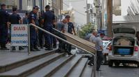 Polisi dan petugas medis mengamankan lokasi penembakan di sebuah gereja Katolik di kota Campinas, Brasil, pada Selasa 11 Desember 2018. (AFP/Ari Ferreira)