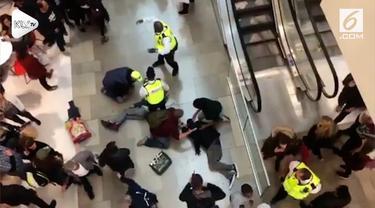Seorang pria di Inggris nekat menjatuhkan diri di pusat perbelanjaan yang dipenuhi banyak orang. Akibat kejadian ini pengunjung tertimpa dan jadi korban.