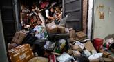 Seorang pekerja ekspedisi sibuk memilah paket untuk dikirim ke pelanggan saat Singles Day di Beijing, China, Senin (11/11/2019). Singles Day menjadi pesta belanja online terbesar di dunia. (NOEL CELIS/AFP)