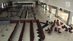 Petugas menata kursi di aula keberangkatan calon jemaah haji di Asrama Haji Pondok Gede, Jakarta, Kamis (4/7/2019). Panitia Penyelenggara Ibadah Haji embarkasi Pondok Gede siap menyambut jemaah haji kloter pertama DKI Jakarta yang dijadwalkan tiba pada Sabtu (6/7). (merdeka.com/Iqbal S Nugroho)