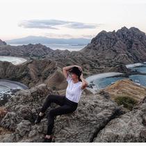 Maia Estianty saat ke Pulau Padar, Nusa Tenggara Timur. (dok. Instagram @maiaestiantyreal/https://www.instagram.com/p/B0-n71Pn9mx/Putu Elmira)