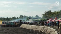 Masyarakat memadati lokasi pemecahan rekor sajian sate terbanyak di tepi Danau Limboto, Gorontalo, Senin (24/9). MURI mencatat sebanyak 88.950 tusuk sate berhasil memecahkan rekor dunia untuk sajian sate terbanyak. (Liputan6.com/Arfandi Ibrahim)