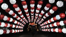 Pengunjung mengabadikan momen di depan salah satu lampion yang ditampilkan dalam Festival of Light di Monas, Jakarta, Rabu (14/8/2019). Festival lampion dan lampu laser bertemakan Kemerdekaan. (merdeka.com/Iqbal S. Nugroho)