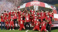Pemain Persija Jakarta melakukan selebrasi dengan mengangkat trofi usai menjuarai Piala Menpora 2021 di Stadion Manahan, Solo, Minggu (25/4/2021). (Bola.com/M Iqbal Ichsan)