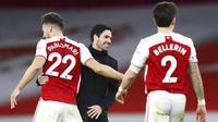 Pelatih Arsenal, Mikel Arteta, tersenyum usai berhasil membawa timnya menaklukkan Chelsea pada laga Liga Inggris di Stadion Emirates, Sabtu (26/12/2020). Arsenal menang dengan skor 3-1. (Julian Finney Pool via AP)