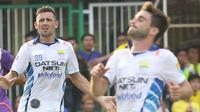 Juan Beloncoso (kiri) dan Robertino Pugliara saat membela Persib Bandung pada turnamen Segi Tiga di Stadion Galuh Ciamis, Ciamis, Minggu (4/10/2016). (Bola.com/Nicklas Hanoatubun)
