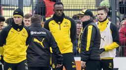Usain Bolt mendengar arahan pelatih saat berlatih bersama Borussia Dortmund Dortmund di Dortmund, Jerman, (23/3/2018). Bolt pensiun dari dunia atletik usai Kejuaraan Dunia 2017. (Guido Kirchner/dpa via AP)
