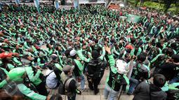 Pengemudi ojek on-line GrabBike berkumpul di belakang kantor Grab di kawasan Kuningan, Jakarta, Kamis (5/1). Mereka menuntut pihak perusahaan menaikkan tarif argo per kilometernya. (Liputan6.com/Helmi Fithriansyah)