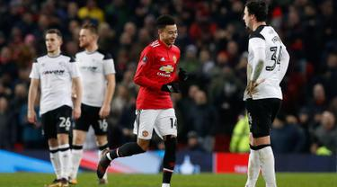 Penyerang Manchester United, Jesse Lingard melakukan selebrasi usai mencetak gol ke gawang Derby County pada babak tiga Piala FA di Old Trafford, Inggris (5/1). MU menang 2-0 atas Derby County. (Martin Rickett/PA via AP)