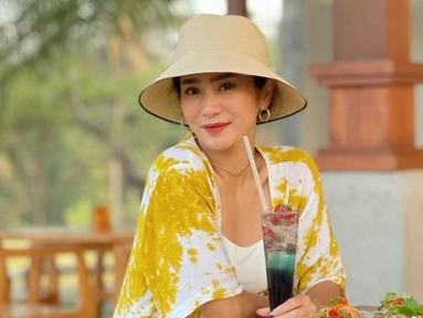 Wanita bernama lengkap Bunga Nurlaila Martha Sari Zainal Fazri ini diketahui tengah berlibur bersama keluarganya di Bali. Selama liburan, ia pun tak ketinggalan untuk membagikan potret OOTD-nya saat menjalani berbagai aktivitas di sana. (Liputan6.com/IG/bungazainal05)