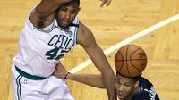 Forward Boston Celtics, Al Horford mencoba melepaskan diri dari kawalan pemain Milwaukee Bucks, Giannis Antetokounmpo pada gim kedua babak play off NBA di Boston, Rabu (18/4/2018) WIB. (AP Photo/Charles Krupa)